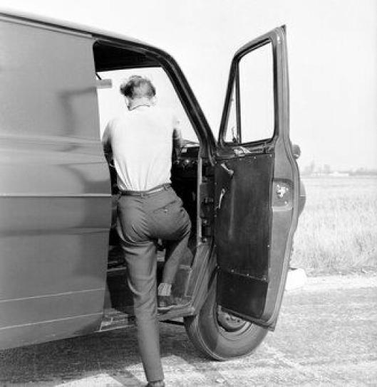 To ulike førerdørløsninger, Britene ønsket en skyvedørsløsning, noe som senere ble endret.
