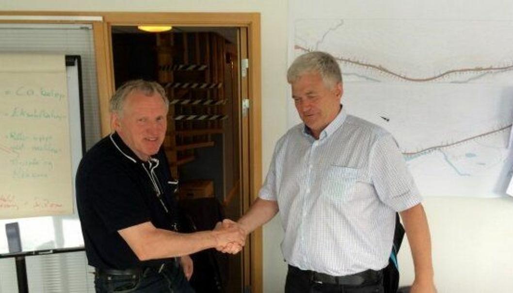 Torbjørn Naimak, Statens vegvesen, og Roar Sve, prosjektsjef i Skanska, underskrev kontrakten for bygging av Sørkjostunnelen.