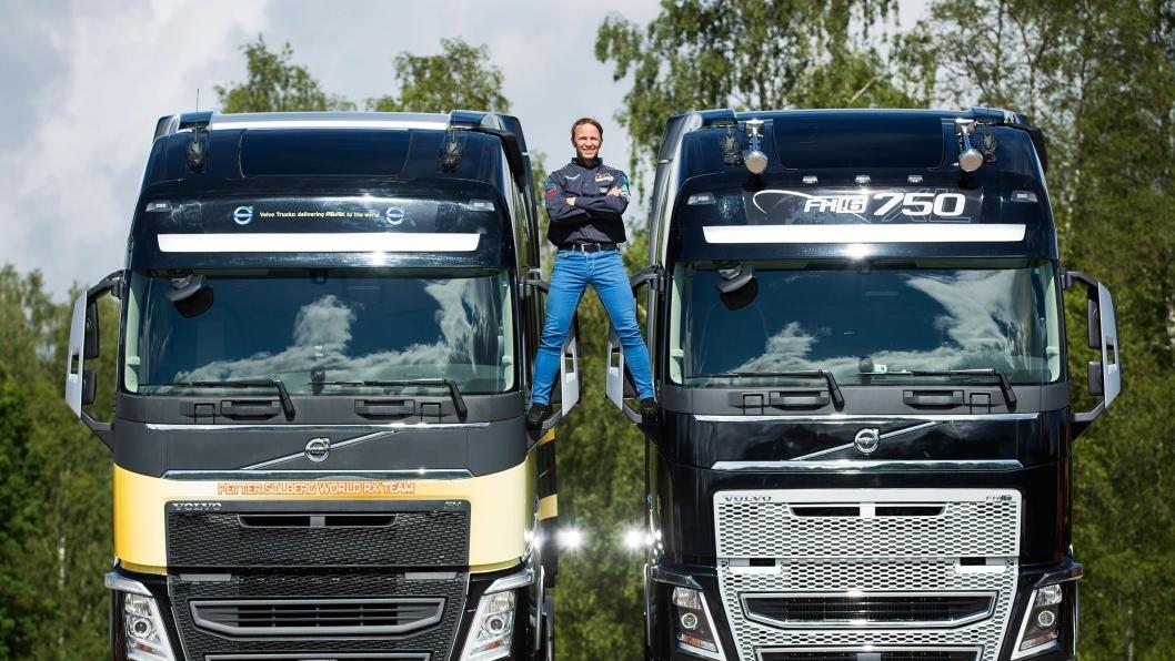 - Jeg har så lyst til å gjøre en «van Damme» sa Petter Solberg og klatret opp på de to trekkvognene.