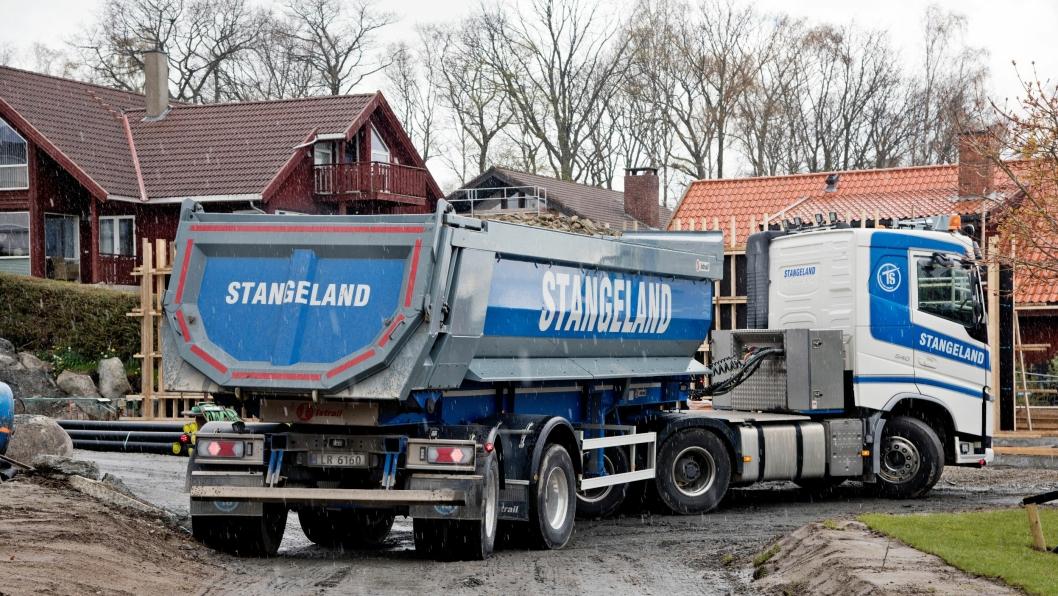 Det er trangt og smalt når Arnt Ove Rydell rygger bakover med den korte tippsemien til Stangeland i Stavanger. Fremkommeligheten er i alle fall som en vanlig 4-akslet bil – om ikke bedre. Alle