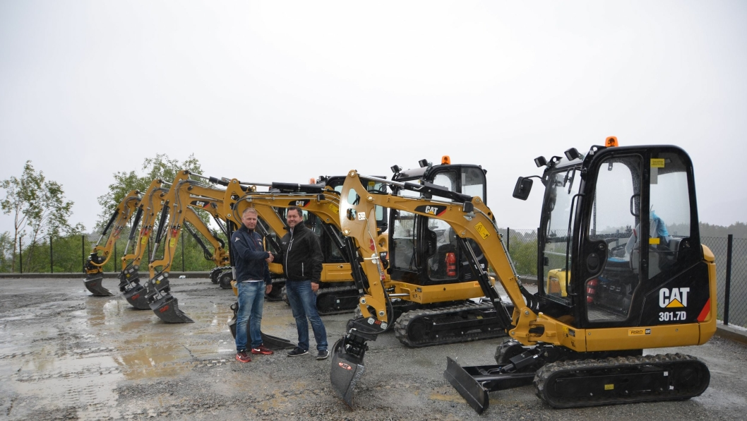 Geir Sandvik (t.v.), G-S Maskin og Rune Ask, Pon Equipment ved overleveringen av minigraverne.