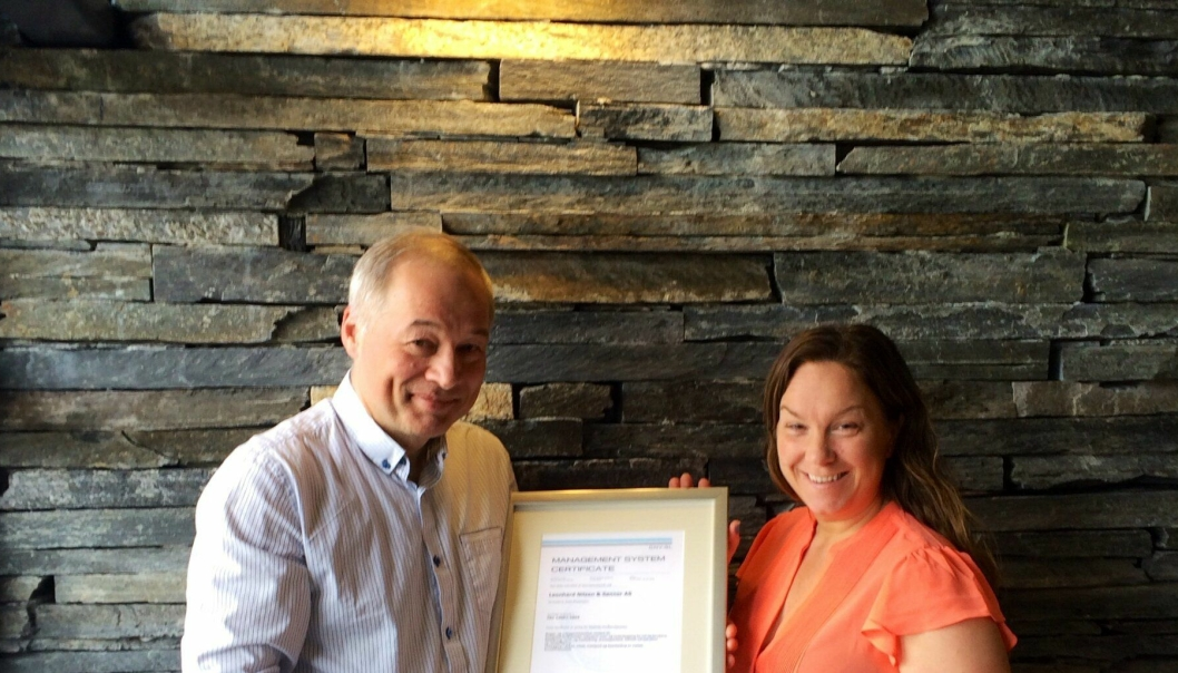 Administrerende direktør Frode Nilsen og miljø- og kvalitetsleder i LNS Torill Monsen-Abelseth med ISO sertifikatet.