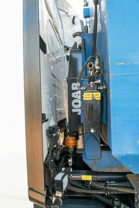 Ved å flytte hydraulikktank og alt annet som vanligvis sitter på framveggen, ble kroken mellom 30 og 35 centimeter kortere.