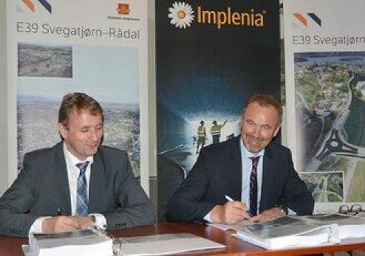 Regionvegsjef Helge Eidsnes (t.v.) og adm.dir. Petter A. Vistnes i Implenia Norge AS signerer vegkontrakt for E39 Svegatjørn–Rådal til 1,4 mrd. kr.