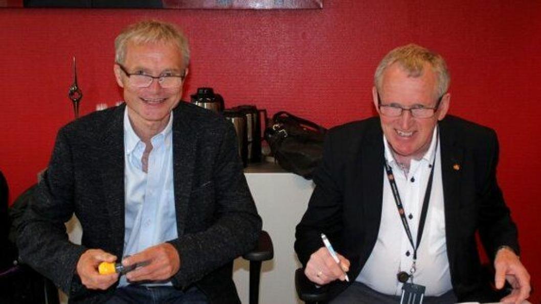 Knut Harstad, daglig leder i Hæhre, og regionvegsjef Torbjørn Naimak, signerte onsdag den 24. juni kontrakten for E6 Helgeland nord.