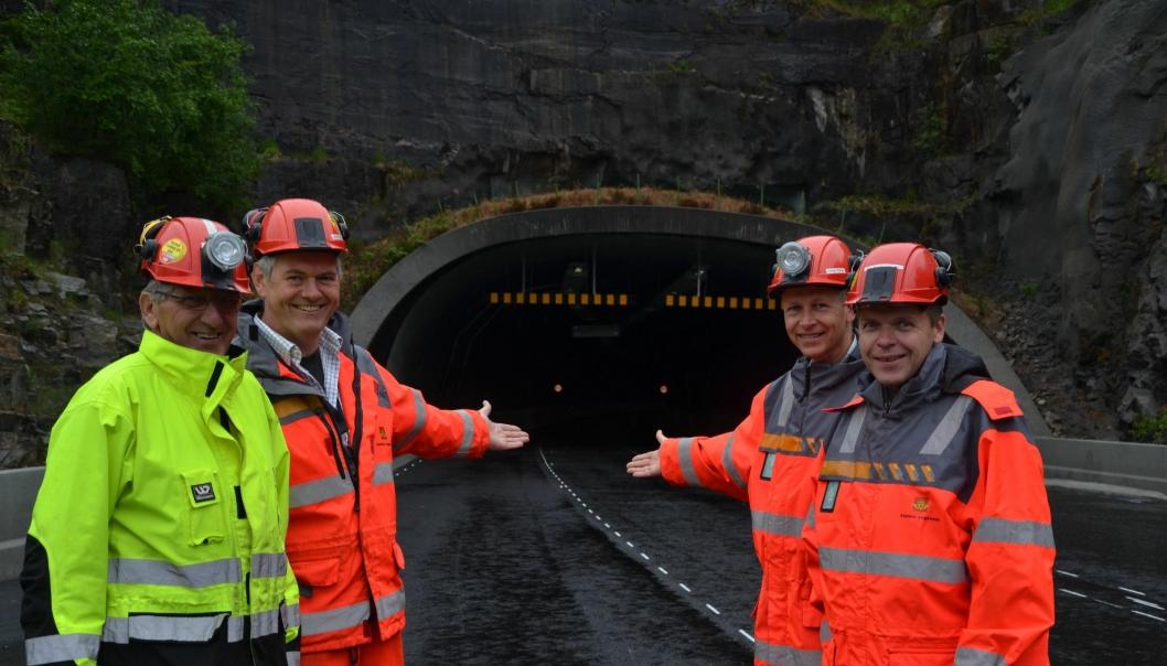 Tusen takk og velkommen til rehabiliterte tunneler. Kontrollingeniørene John T. Hodne (t.v.)  og Jonny Nedrejord, byggeleder Steffen Køhler og prosjektleder Jan Helge Egeland ønsker velkommen til rehabiliterte tunneler på E39 i Flekkefjord.