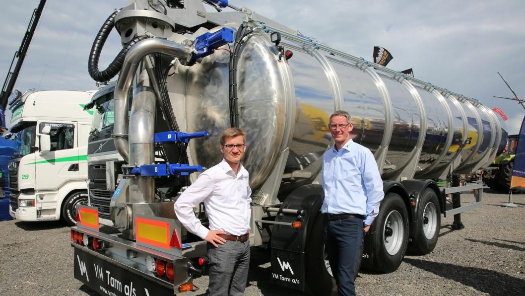 Adm. direktør Holger Ross Laurisen (t.v.) og salgskonsulent Jan Johansen ved gjødseltralla med ny høyhastighetspumpe.