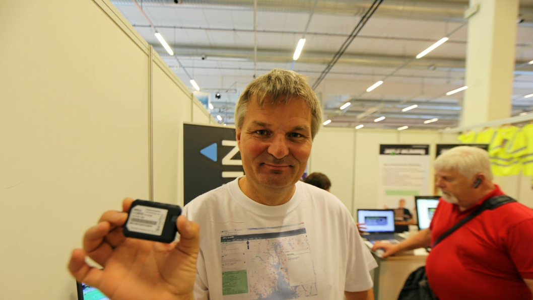LITEN OG VANSKELIG Å FINNE: Morten Karlsen holder den nye trackerenheten opp. Denne veier nesten ingenting og tar liten plass – og er derfor vanskelig å finne og fjerne for tyvene.