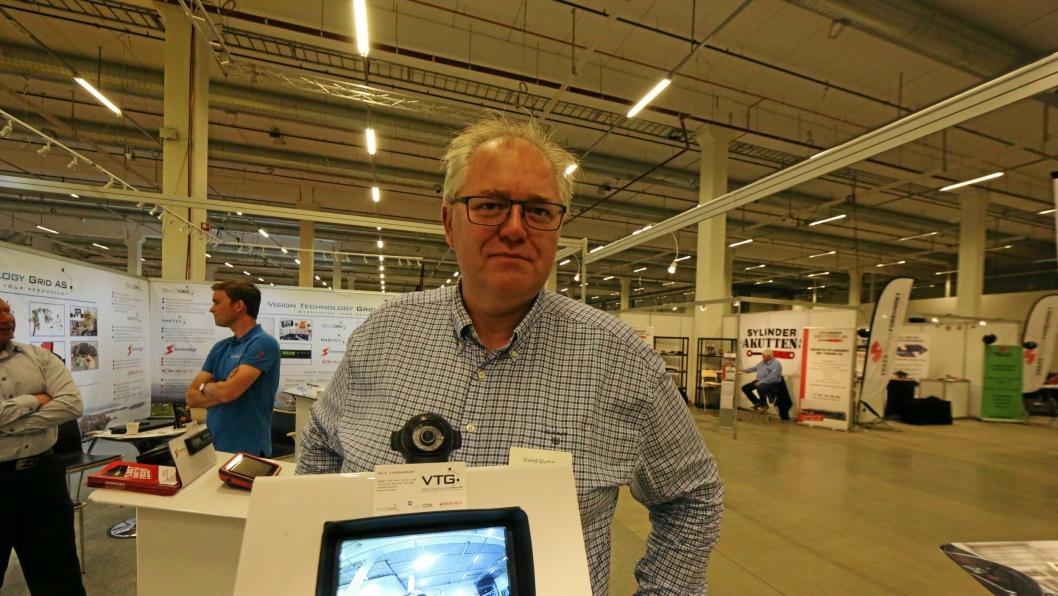KAMERA OG RADAR: Eivind Gladsø i VTG presenterte flere løsninger for oss, blant annet radarvarslingssystemet Orlaco Radar Eye.