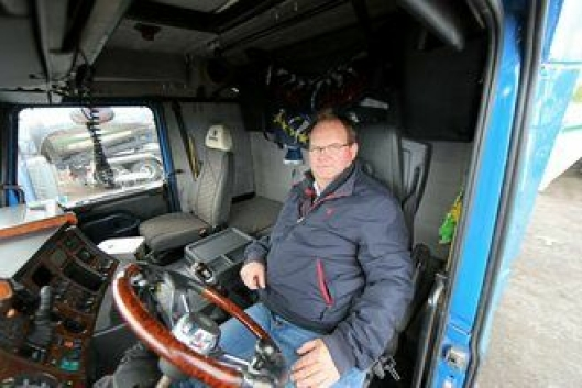 PRØVESITTER: Pål Kristiansen i BFAB prøvesitter den gamle bilen. Hytta klarer seg meget fint til å ha rundet 20 år.