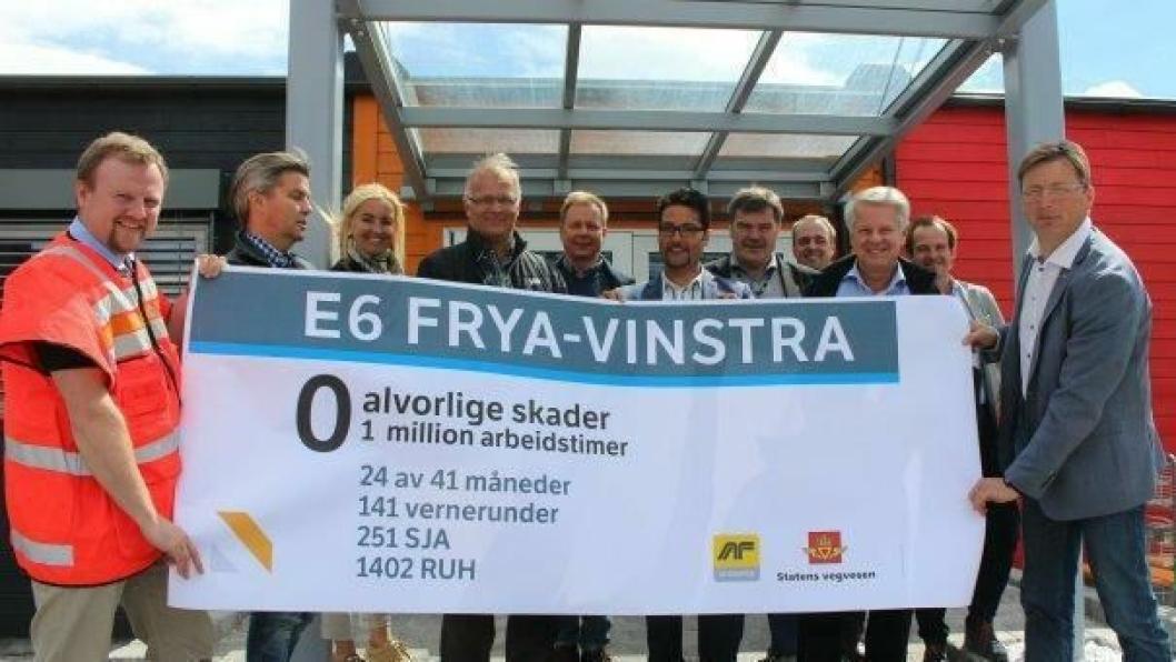 Øyvind Moshagen, prosjektleder E6 Biri-Otta (t.v.) og Pål Egil Rønn, konserndirektør i AF-Gruppen, markerte sammen med resten av konsernledelsen og styret i AF-gruppen én million arbeidstimer uten alvorlige skader på E6 Frya-Vinstra 15. juni 2015.