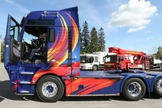 Daglig leder i Terje Tandberg Transport AS, Terje Tandberg, kostet på seg et bredt smil da han entret selskapets jubileumsbil, MAN TGX 6x2 med den kraftige D38-motoren på 560 hk.
