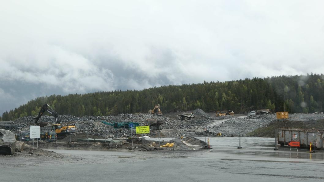 Etter snart ett års arbeid har AF Gruppen nær sprengt ferdig de to adkomsttunnelene til Follobanen på Åsland. Nå skal de fortsette med å bygge fjellhaller.