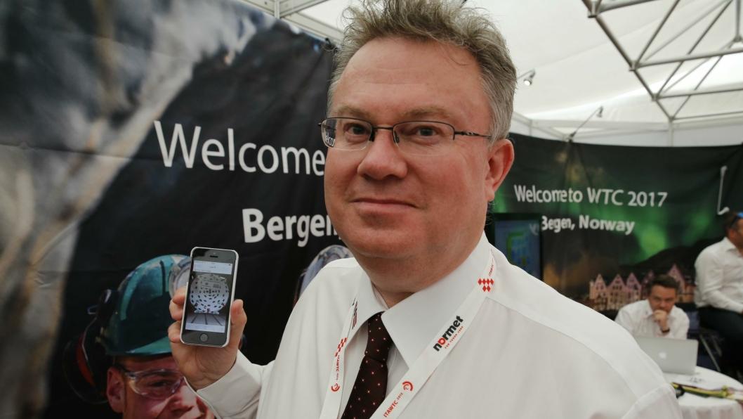 Prosjektleder Hans-Egil Larsen har akkurat fått bilde av Ulriken-TBM-en. - Dette er en stor dag, sier han.