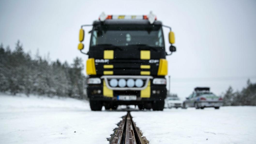Nå «går» lastebilene på skinner i Sverige.