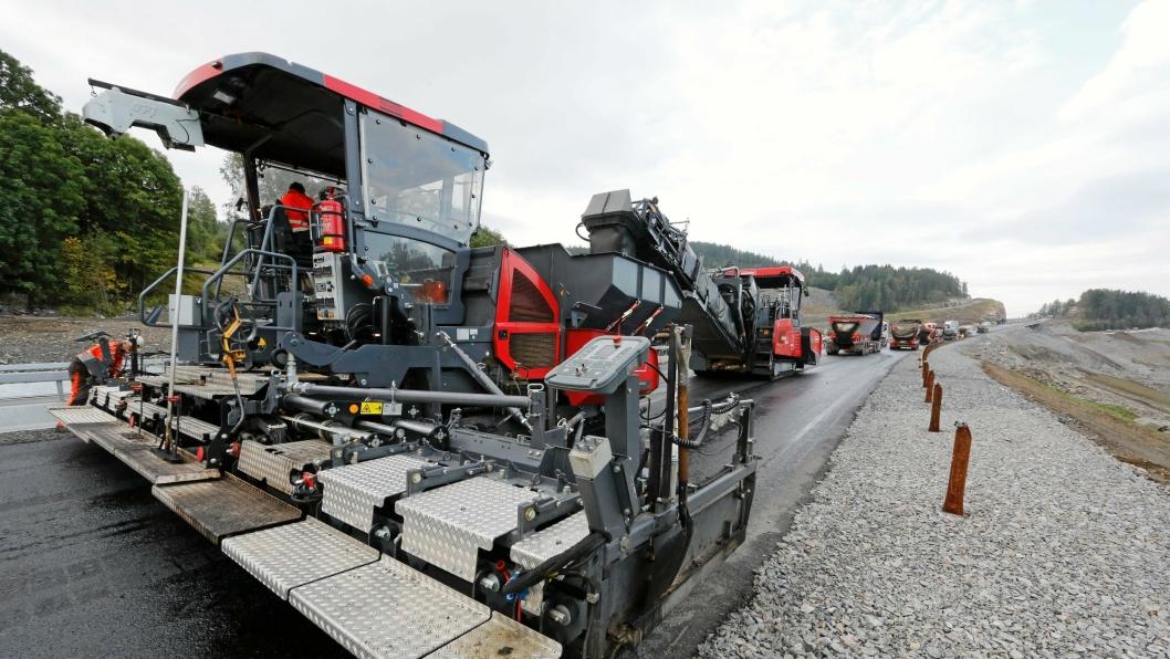 Veidekke har investert i den beltegående asfaltutleggeren Atlas Copco ST2500CS+ som kan legge asfalt i ni meters bredde. Dette er fra E6 like nord for Minnesund.