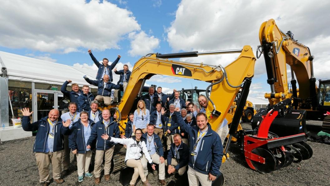 For Pon Equipment var det full jubel fra første til siste dag på Vei og Anlegg 2015. Her er et knippe ansatte samlet rundt den nye 8-tonneren med fast bom som var en av de store nyhetene.