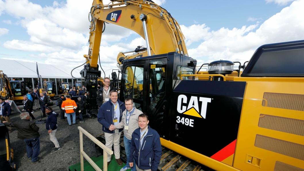 FØRSTE CAT: Pon Equipments produktsjef Vilmundur Theodorsson (f.h), Bernt-Jøran Reinholtsen (Secora), Per-Gunnar Hansen (selger Pon) og Rune Laberg Olsen (formann Secora) ved Cat 349-maskinen.