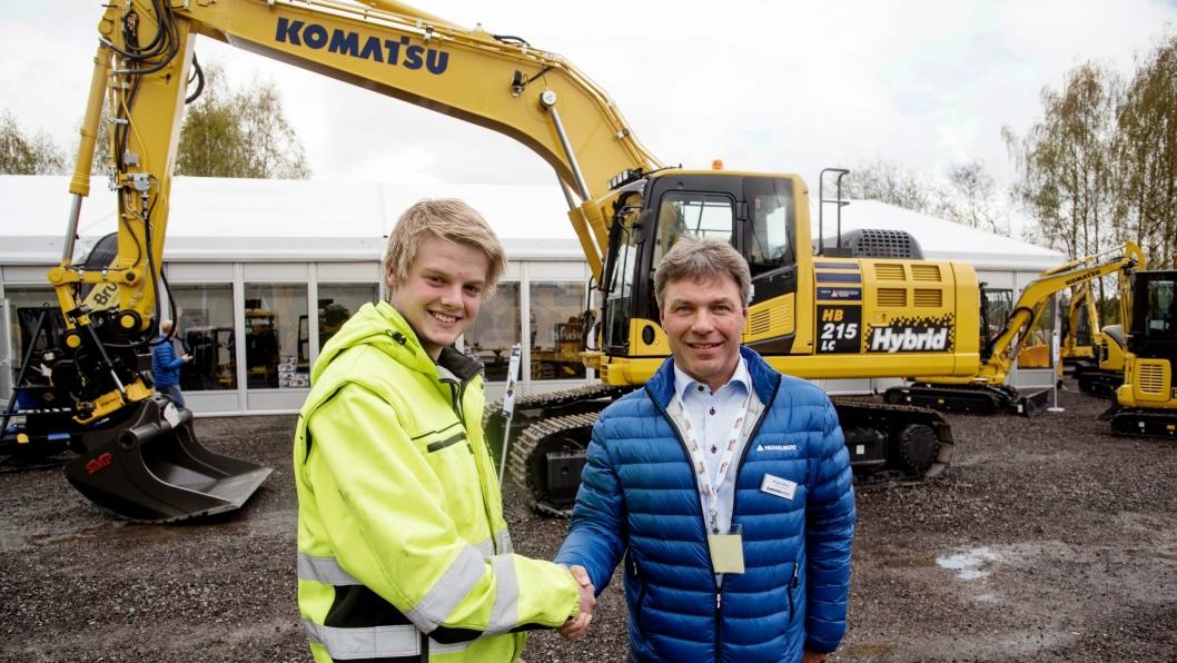 Sindre Aspelien vant årets uoffisielle norgesmesterskap i maskinkjøring for skoleelever. Han ble gratulert av Roger Wang i Hesselberg Maskin.
