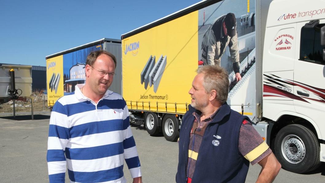 Lars Thomas Utne (t.v.) og Svein Bekken (GSI Norway) da Utne hentet Utne Transports første vogntog fra GSI Norway AS i april 2015.