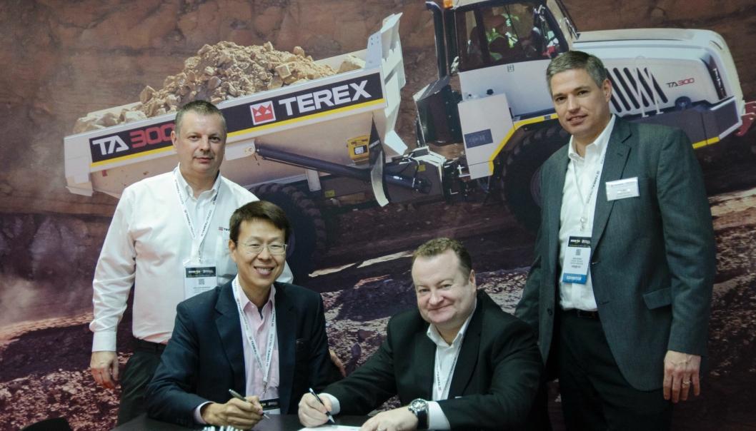 Terex Trucks-representantene John Bennett, Paul Douglas og Sam Wyant sammen med Jimmy-Chakart Seanchan, adm. direktør for Leadway Heavy Machinery, på Intermat i Paris.