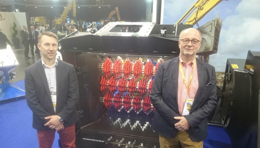 PÅ INTERMAT: Ankerløkken-sjef Ole Andreas Aaserud (høyre) og Morten Paulsen foran den største Simex-sikteskuffen (prototype) på standen til Simex på Intermat-messen.