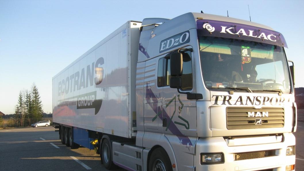 Svenskregistrert tralle merket «Ecotrans Group», med bulgarsk trekkvogn og en makedonsk sjåfør med forfalsket førerkort som ble stoppet ved Minnesund i Akerhus, 21. april 2015.