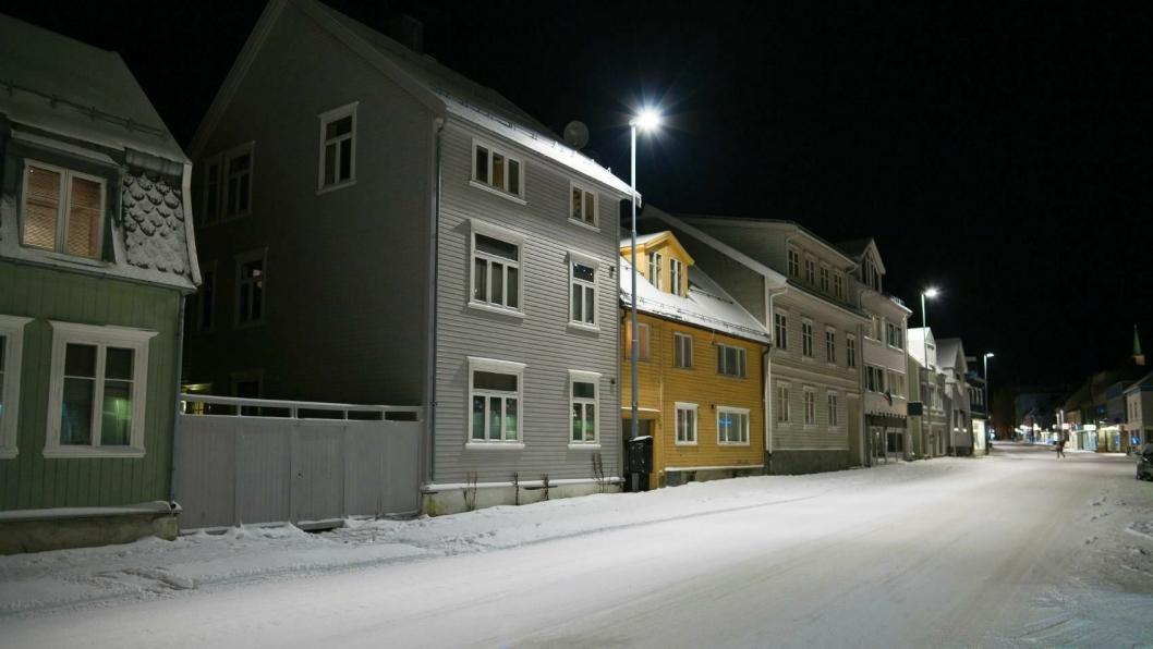 Fra 13 april er det slutt på å markedsføre kvikksølvlyspærer. Dermed må Tromsø, som dette bildet er fra, og landets andre kommuner og kraftselskap begynne å bytte til annen teknologi i gatelysene.
