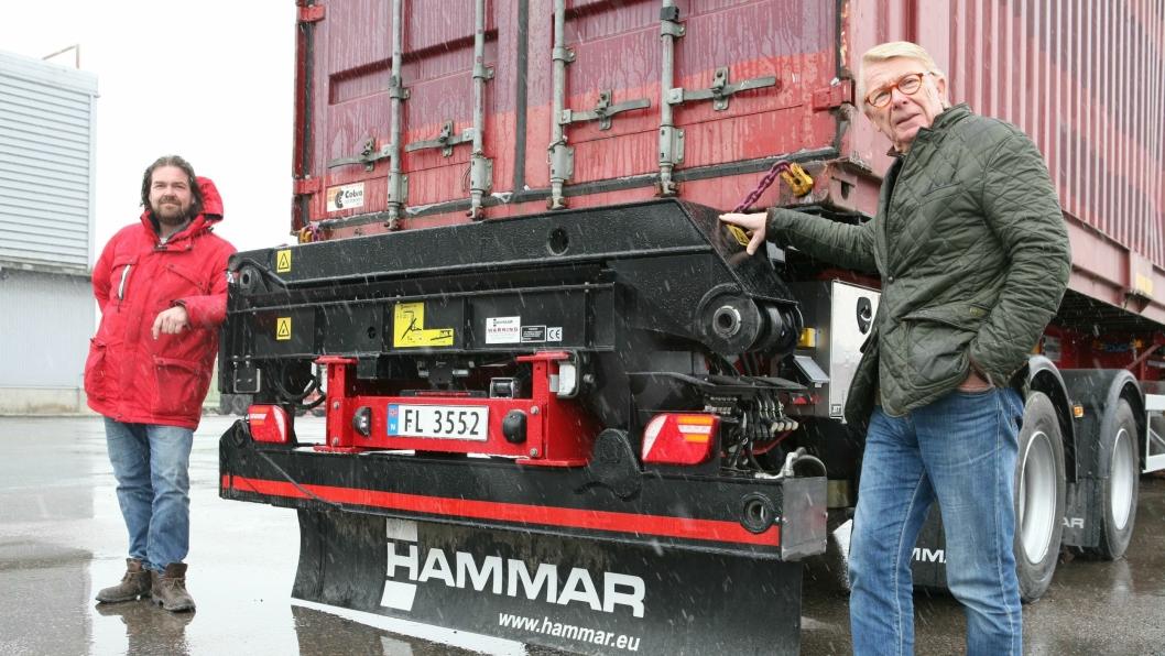 Far og sønn Lars og Lars Petter Hyrum inviterte A&T til Europa-premieren av Hammar Maskins nye sidelaster.