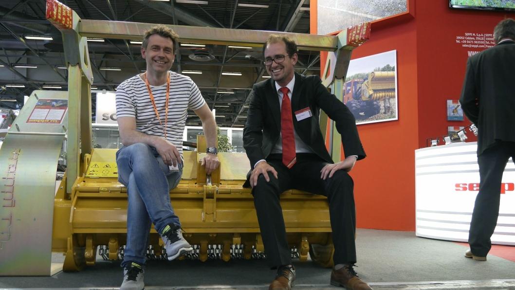 Freseaggregatet «Miniforst» leveres i tre varianter med arbeidsbredder fra 1,5-2 m. Her er tar Malleus' Kai Moen (til venstre) og Seppi-sjef Loretz Seppi en rast på den nye fresen.