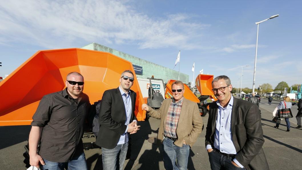 TILBAKE: Hymax ser frem til å tilby Ausa for kundene igjen. Her er Hymax-ansatte på Ausa-standen på Intermat. Fra venstre: Øyvind Ottinsen, Kenneth Aune, Stig Hågensen og Helge Borud.
