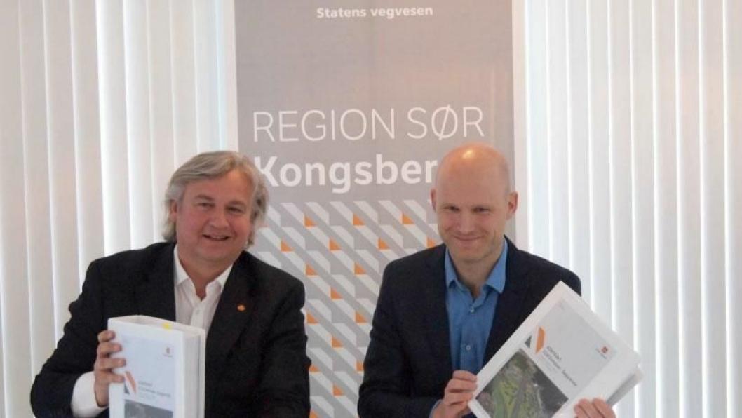 Regionvegsjef Kjell Inge Davik i Statens vegvesen region Sør (t.v.) og Veidekkes avdelingsleder Jørn A. Gjennestad (t.h.) med den inngåtte kontrakten.