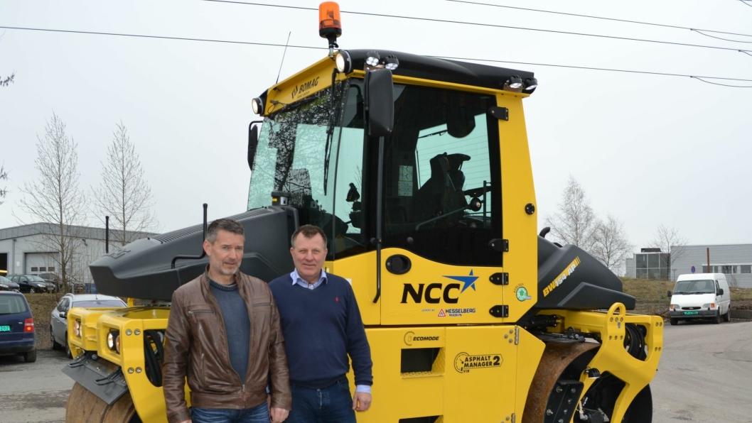 Maskinsjef i NCC Roads, Rune Husby (t.v.) og Odd Enger, Hesselberg Maskin, ved den minste modellen BW154 AP-4I AM (7,3 tonn).