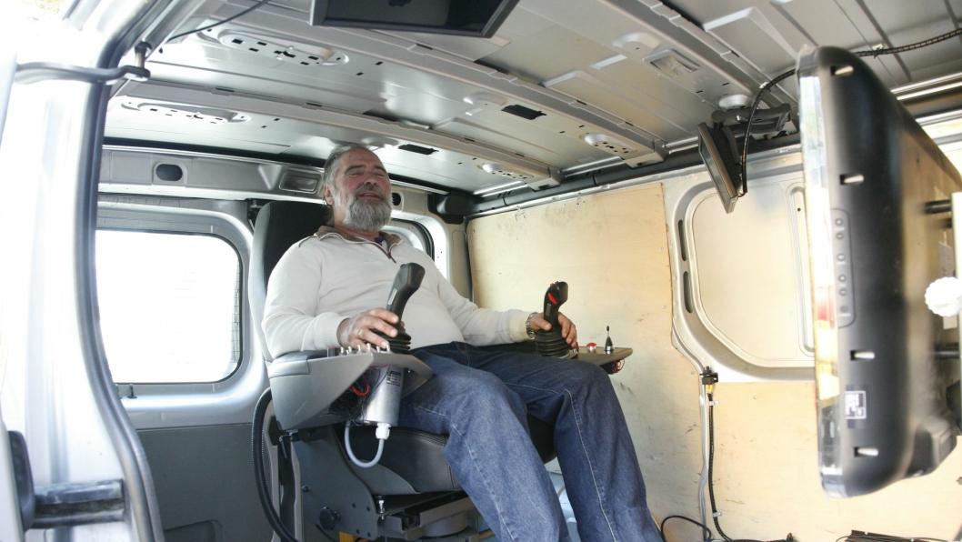 """Nå fjernstyrer Werner Solstrand gravemaskinen fra sin """"kommandoplass"""" i varevognen som er plassert 250 meter unna graveområdet."""
