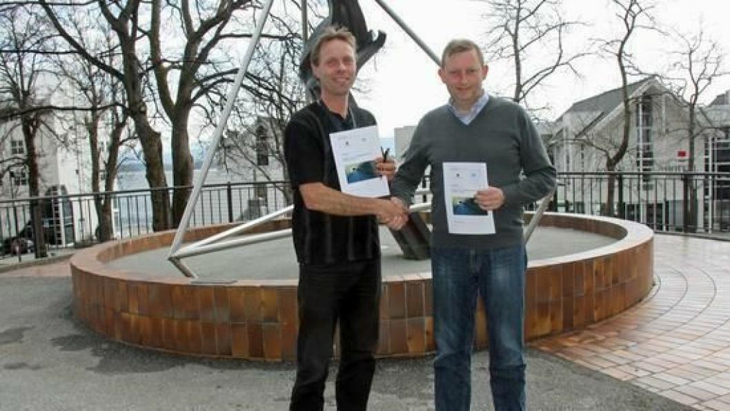 Prosjektleder Harald Inge Johnsen i Statens vegvsen og adm. direktør Oddgeir Anundsen i One Nordic signerte kontrakt om tunnelutbedring 10. april 2015.
