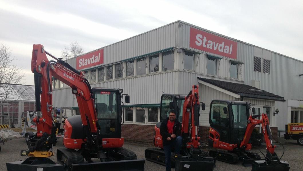 NY AVDELING: Stavdal-selger Rune Paulsen med tre nye Kobota-minigravere utenfor den nye avdelingen på Jessheim.