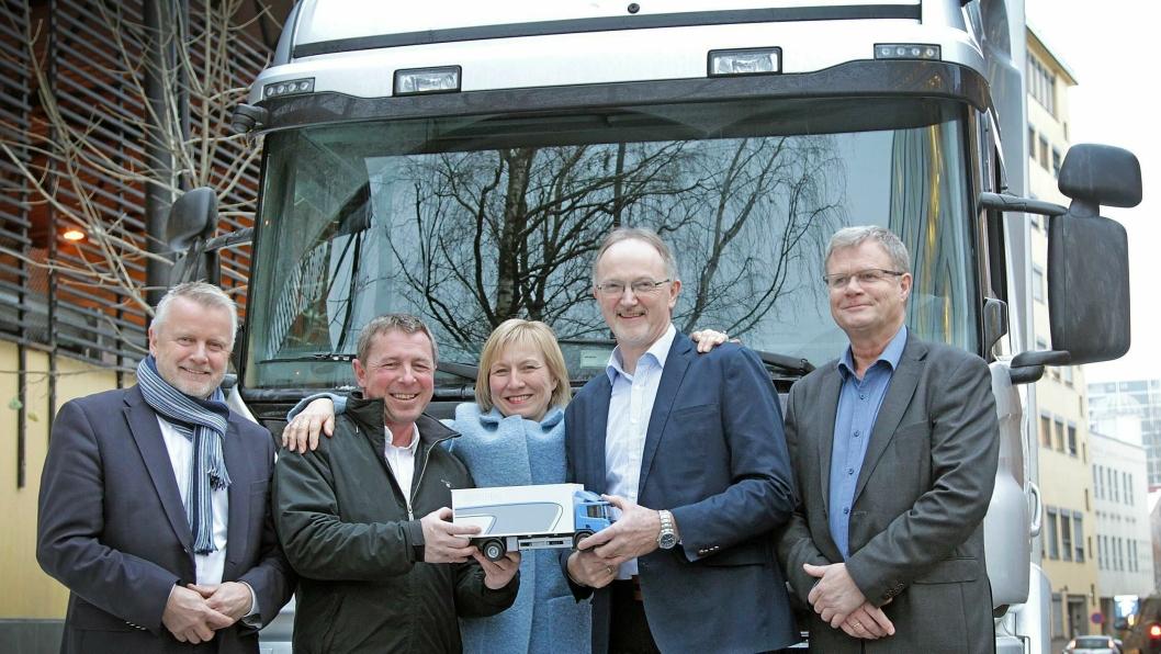 Direktør Salg Last i Norsk Scania, Roy Dalen (fra venstre), salgssjef storkunde Odd Dalland (Norsk Scania) konserndirektør Logistikk, Aniela Gjøs (TINE), direktør distribusjon Paul Foldal (TINE) og senior innkjøper Ola Hoff (TINE).