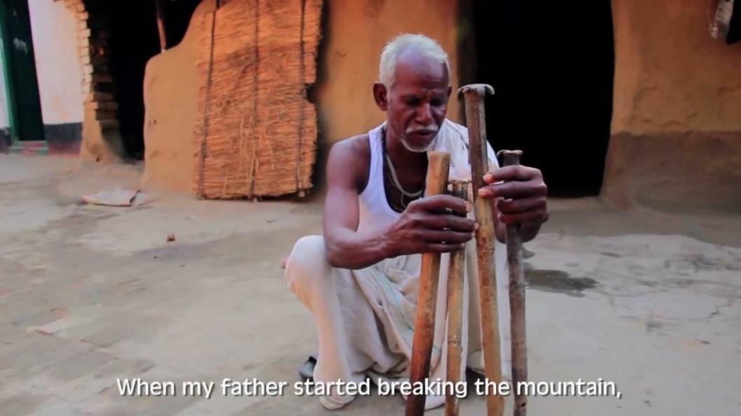 Sønnen til Dashrath Manjhi viser fram utstyret faren brukte for å lage veien.