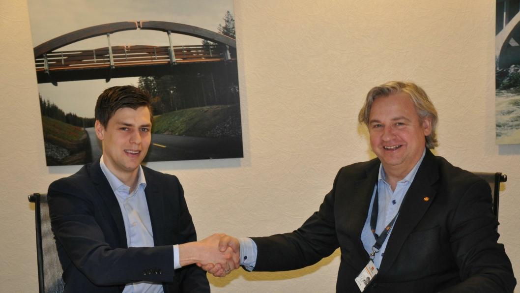 Martin Holmquist (t.v.), distriktsleder i Veidekke Industri AS og Kjell Inge Davik, regionvegsjef i Statens vegvesen Region sør signerte kontrakten.