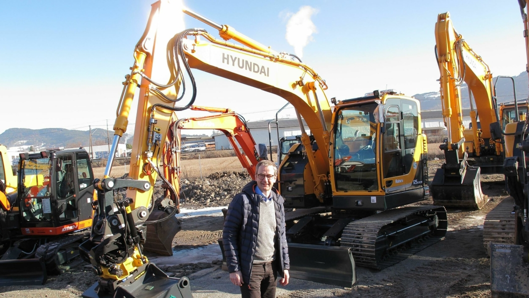 Helge Borud, daglig leder i Hymax AS, foran den nye Hyundai R125LCR-9A.