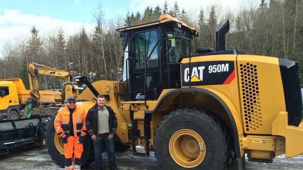 Brødrene Kenneth (t.v.) og Kjetil Forsmo er godt fornøyd med å ha nymaskinen på tunet.
