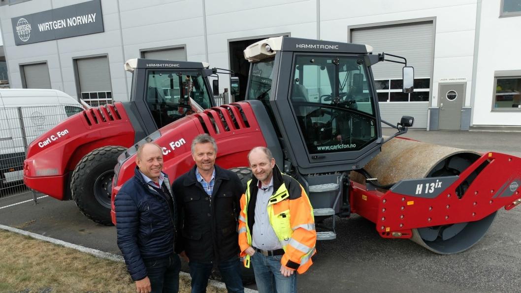 Fra overleveringen av de nye valsetogene, fra venstre Carl C. Fon, Jarle Hillestad, daglig leder i Carl C. Fon AS og Ole Morten Pettersen, Wirtgen Norway AS.