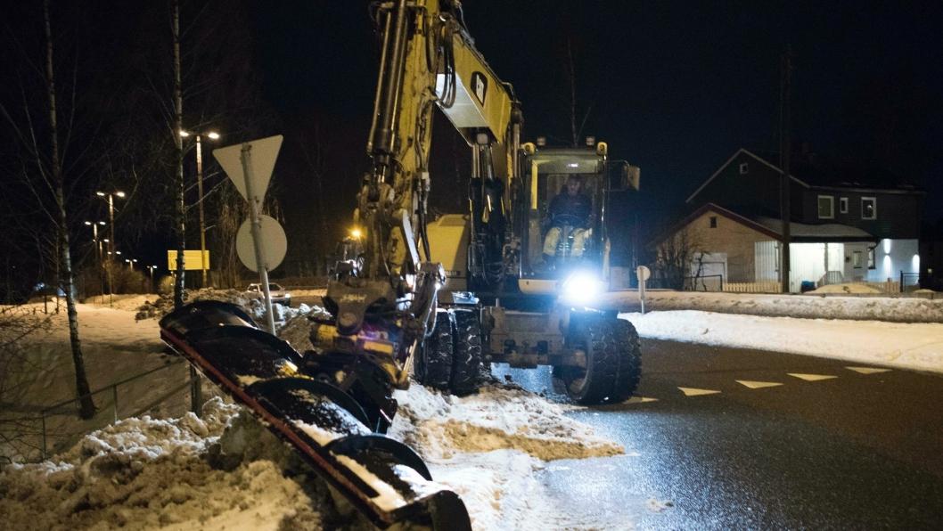 Peder Horn har stor fleksibilitet når han dytter vekk snø med sin Cat 316 hjulgraver. ALLE