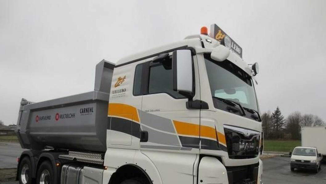 Lillebø Sand og Transport fikk i går overlevert landets første MAN TGX dumperbil med den nye D38 motoren.