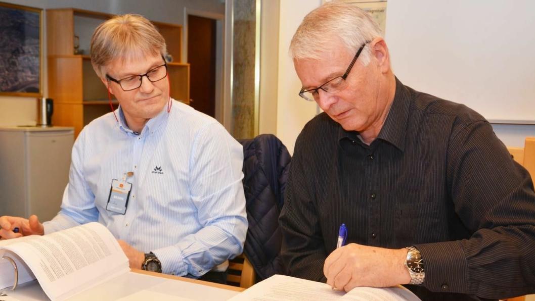 Prosjektsjef Bjørn Sivertsen (til venstre) i Skanska Norge AS og Øivind Kommedal i Statens vegvesen signerte kontrakten