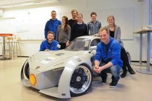 Laget fra Høgskolen i Østfold som stiller til start i årets Shell Eco-marathon. Bilen de står rundt, er fra den gangen Høgskolen i Østfold stilte til start i 2010. Nå bygger teamet en helt ny bil.