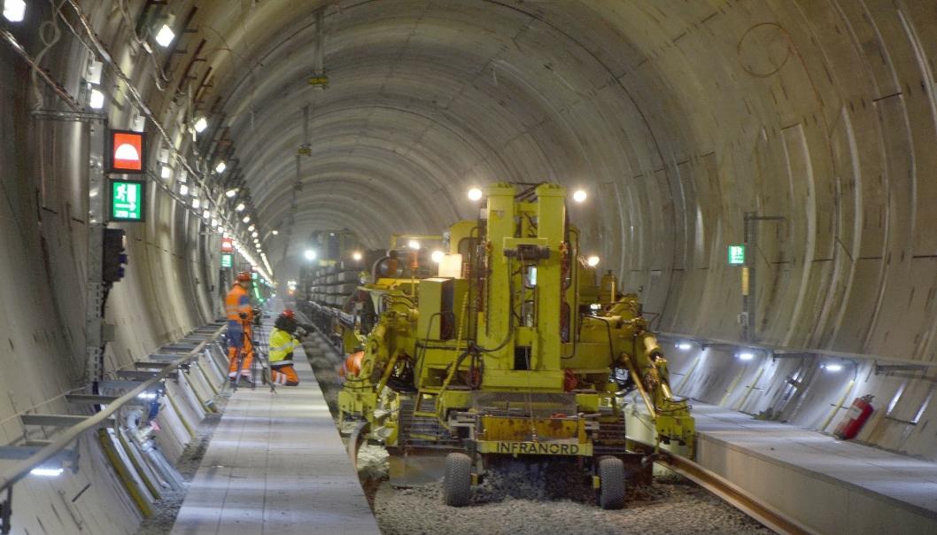 Plasser & Theurer SVM 1000 sporlegningsvogn ble brukt i tunnelen. Ved maks hastighet kan den legge to kilometer jernbanespor i døgnet. Alle