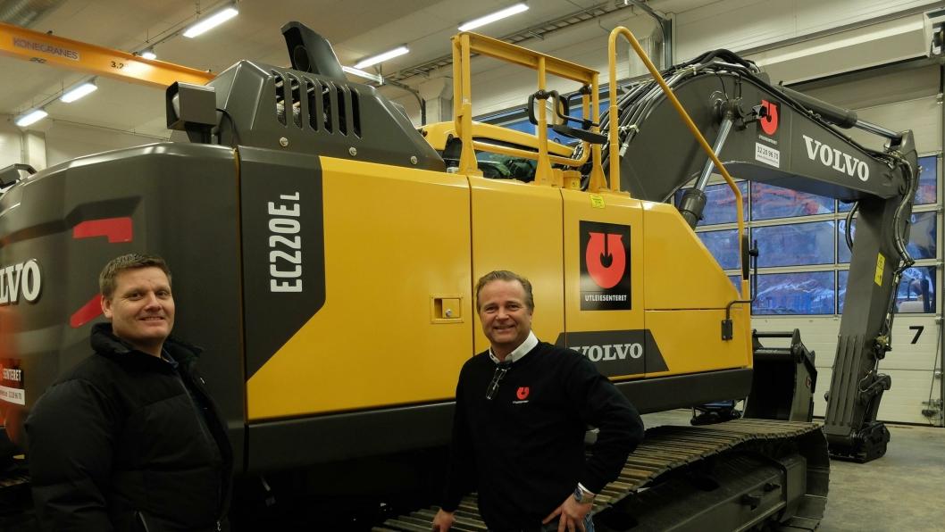 :Fra overleveringen av maskinen, daglig leder Lasse Kjøsterud (t.h.), Utleiesenteret AS og Kim Nymo, Volvo Maskin.