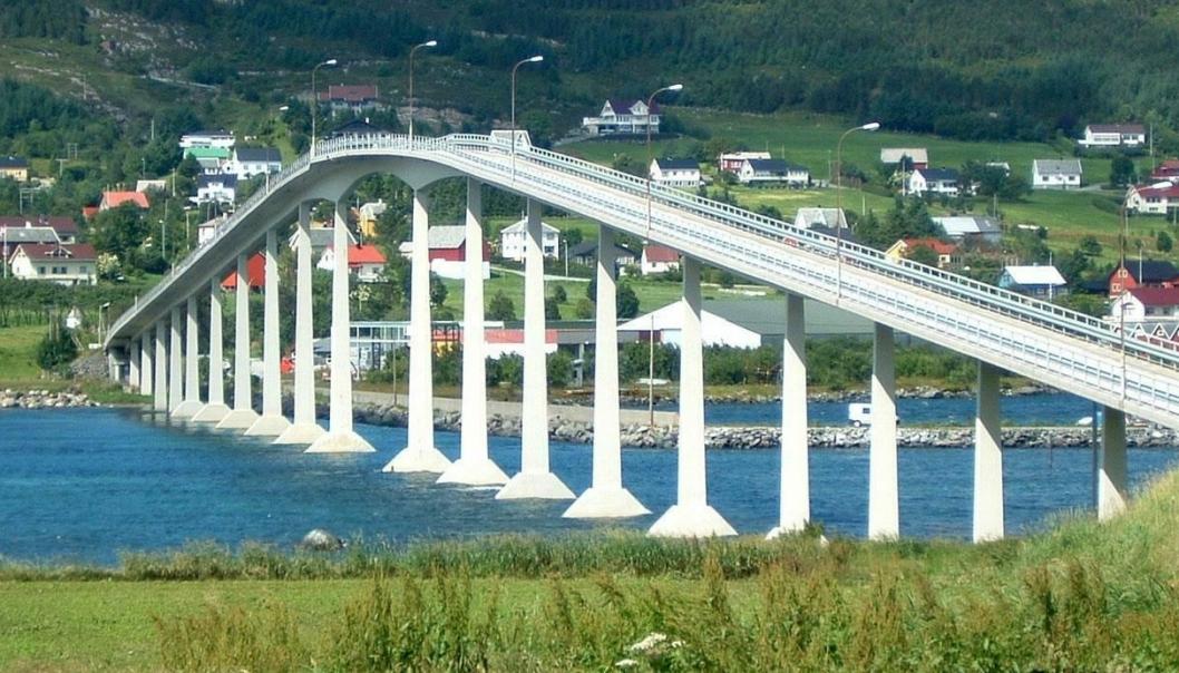 Nerlandsøybrua på fylkesvei 20 i Herøy, Møre og Romsdal er en av ca. 17.000 bruer langs norsk offentlig vei.