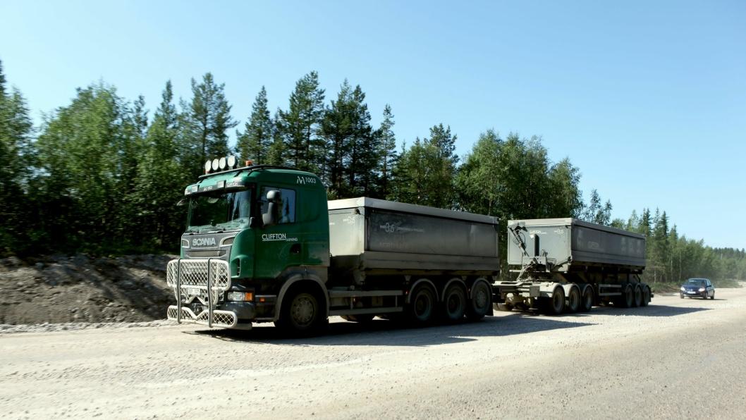 Ett av 38 stk. 90-tonns vogntog til salgs i Sverige. Bildet er tatt ved Kaunisvaara sommeren 2014.